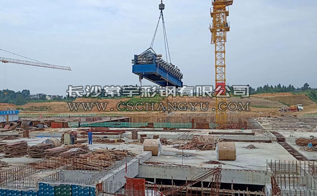 常宇彩钢赴湘西龙山高铁站现场加工铝镁锰金属屋面板!