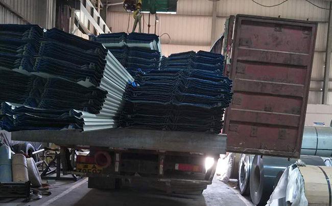 常宇彩钢生产的暗扣式彩钢板,彩钢板角驰完成装车准备发货!